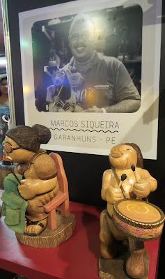 artesã; artesão; artista plástico; Mestre Marcos Siqueira; artesanato; feira; arte popular; lazer.