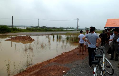 Hai cháu bé chết đuối dưới hố công trình cầu Nhật Tân