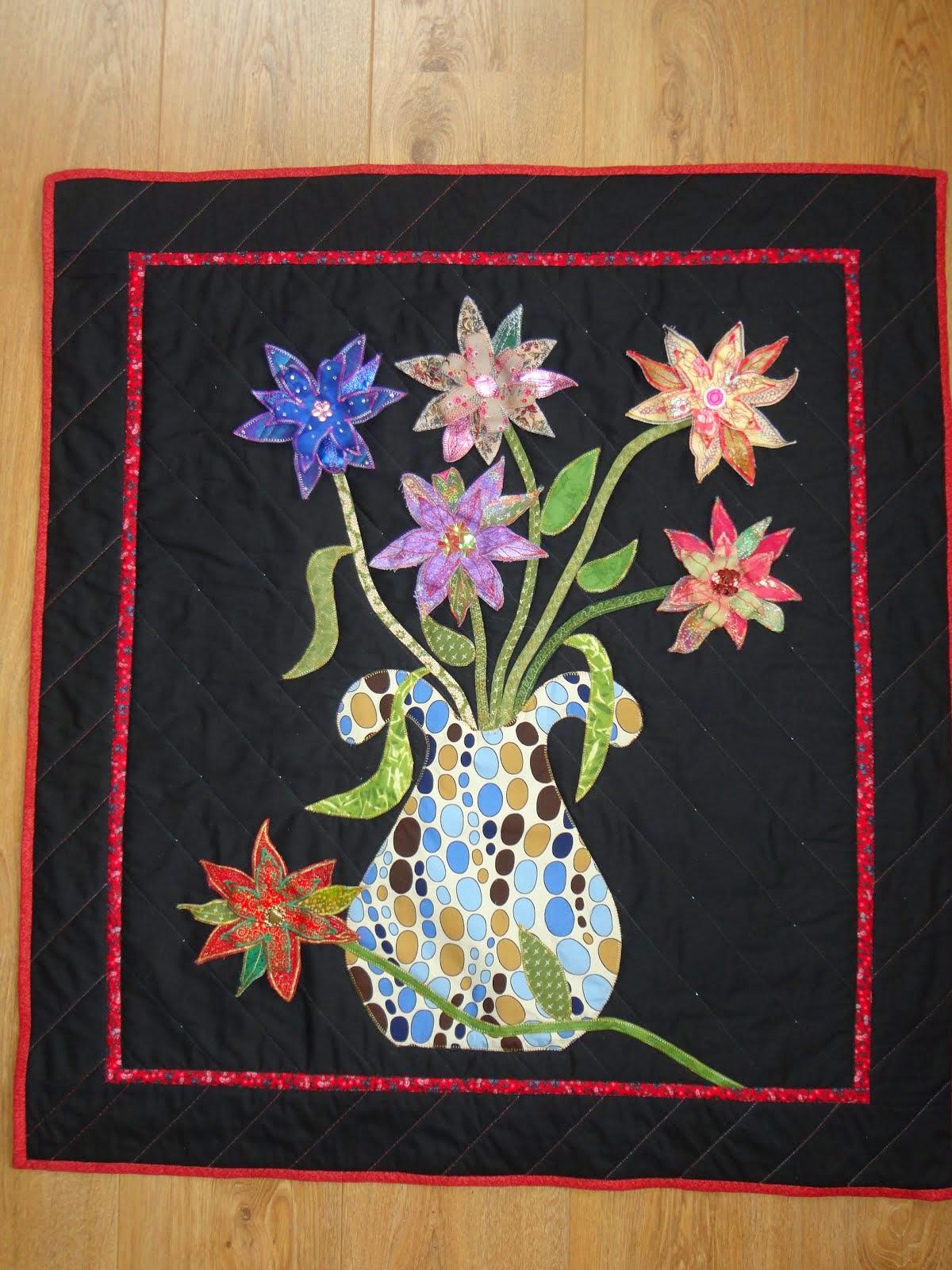 Vaas met losse  broche bloemen