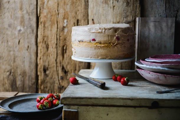 Epres torta csokoládés – sós-karamelles mousse-szal és mandulás piskótával