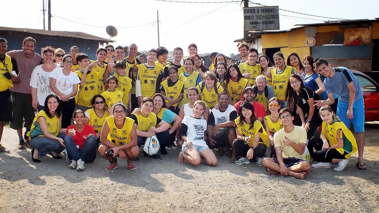 Voluntários posam para foto após uma Ação Voluntária EcoFaxina na comunidade. Crédito: Instituto EcoFaxina