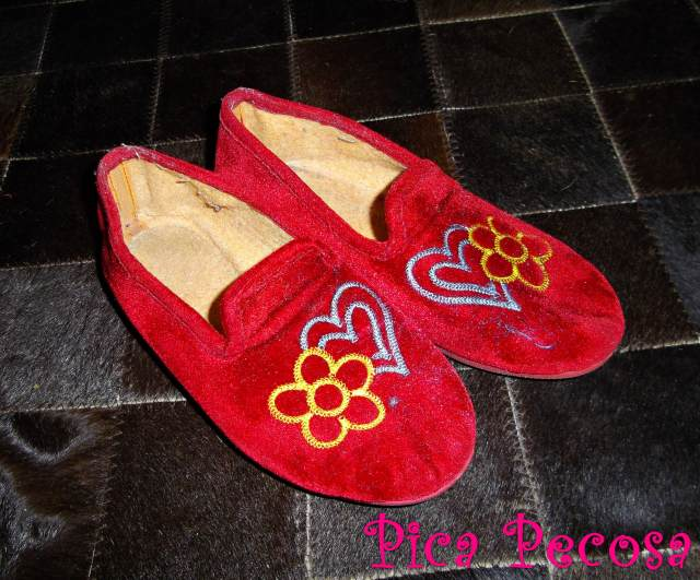 Personaliza unas zapatillas con pompones pica pecosa - Pompones para zapatillas ...