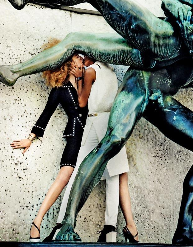 """A edição de março da """"Vogue"""" americana veio quente. Além da capa estrelada pela cantora Beyoncé, a revista publicou um ensaio estrelado pela top gaúcha Raquel Zimmermann e pela modelo número um do mundo Joan Smalls. Em uma das fotos do editorial, elas se beijam na boca (Foto: Divulgação)"""