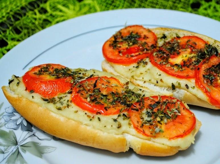 Pão com Tofupiry e Tomate (vegana)