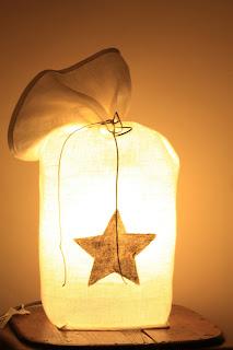 peint à la main - lampe KUB - design -lampe - deco - aix en provence - creation- fait main - made in france - luminaire - luminaires - à poser - à suspendre - lin- toile de jute - PcM - pcm - lampe de couleur - eco design - matières naturelles - matériaux recyclés - pièces uniques - petites séries - décoration - artisanat - baladeuse - lampe POM - cintre - bonbonne d'eau - recyclage - pom - cordon textile - lampe fruit - drapée - amidonné - amidon - textile - fibre végétale - rayures - bonbon – provence – cintres de pressing – brode – couds – couture – broder – souder – soude – dessin de modèles – créations – fabrication française – produits locaux – exposition – peinture à l'eau – tissu – lampe textile – cousu main – 100 % fait main – pascale marquier