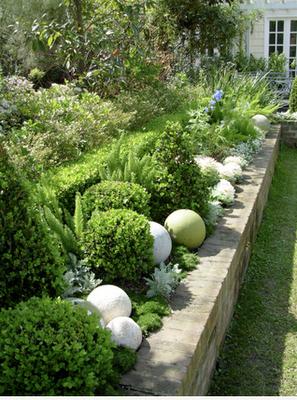 Clever confidante by julie webber think inside the box for Boule ceramique decoration jardin