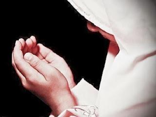 Akhwat berdoa (foto greatbelievers)