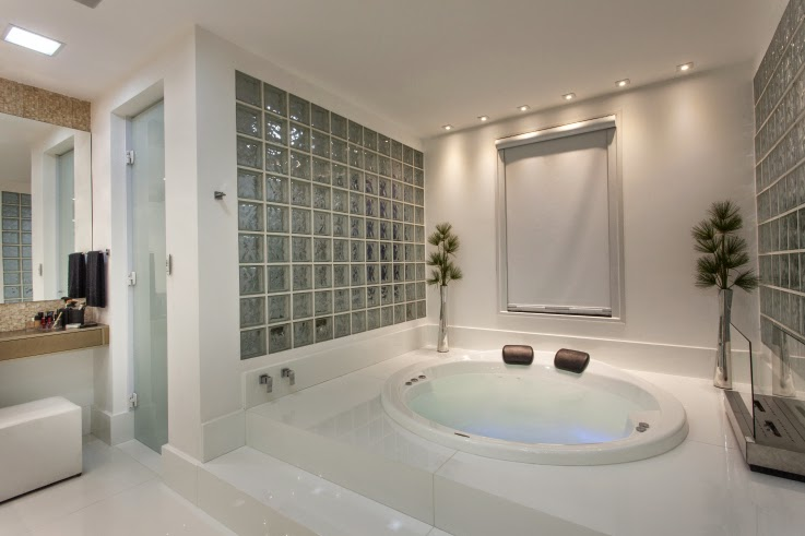 Banheiros com áreas íntimas (vaso e chuveiro) separadas! Veja modelos e dicas -> Banheiro Pequeno Com Banheira E Chuveiro Separado