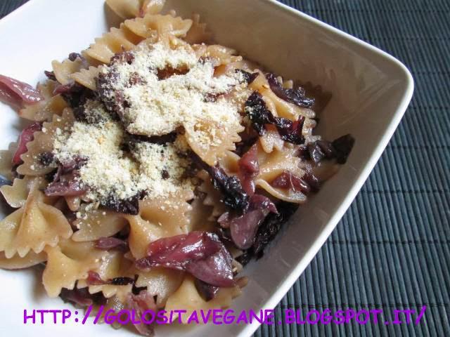aglio, Chioggia, cipolle, farfalle, lievito alimentare in scaglie, nocciole, pasta, pasta integrale, Primi, radicchio rosso, ricette vegan, Tropea,