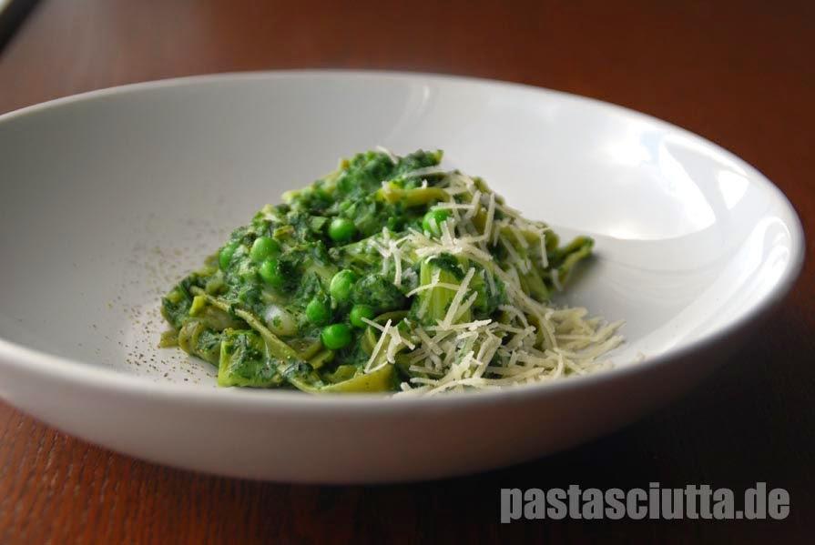 Grüne Tagliatelle mit Erbsen, Spinat und Porree