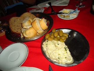 Couvert com fatias de pão, azeitonas e chucrute