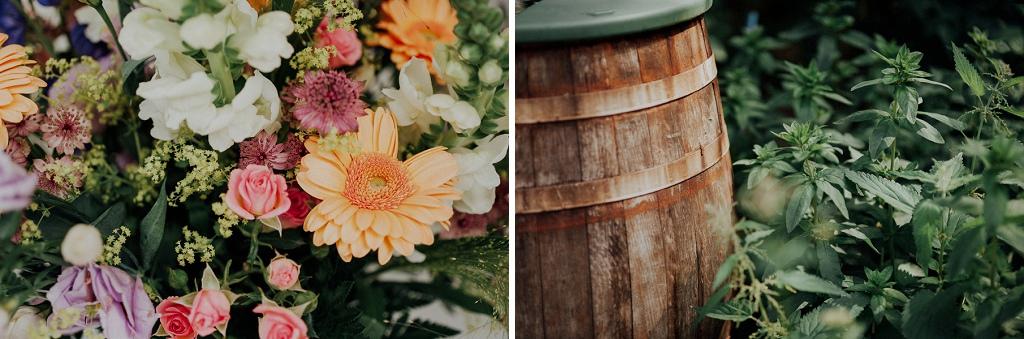 Närbild på bukett och trätunna under bröllop