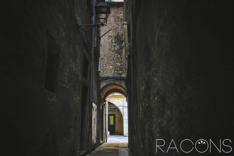 Carreró que surt de La plaça dels Raïms de Girona