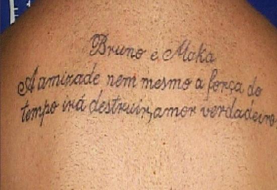 Tatuagem nas costa de Macarrão, jurando amor ao goleiro Bruno, bruno pode ser solto, goleiro bruno pode ser solto 2012