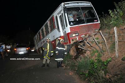 Ônibus com 38 passageiros se envolve em acidente de trânsito na descida da serra do Jordão e deixa feridos.