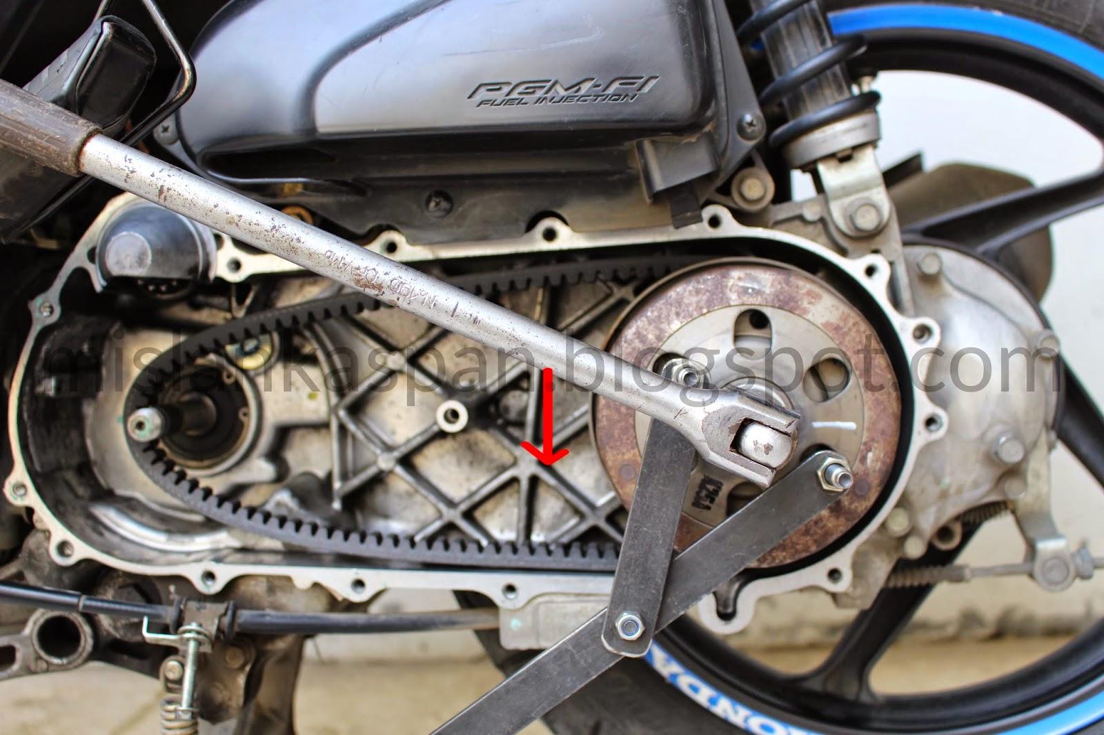 Cara Bongkar Komponen Cvt Honda Beat Fi Mislankaspan Rumah Roller Karbu Scoopy Spacy Langkah Keempat Buka Mur Driven Pulleypulley Belakang Dengan Menggunakan Kunci Shock 19 Dan Alat Penahan Pulley