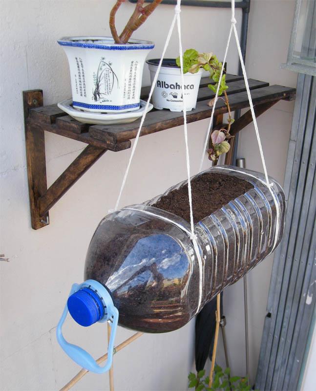 Macetero colgante con garrafa de pl stico mi huerto urbano - Maceteros de plastico ...