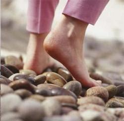 6 manfaat berjalan tanpa alas kaki
