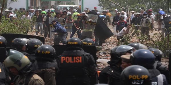 Bentrokan Polisi Dengan Warga di Sape Bima,video bentrok sape bima,korban penembakan