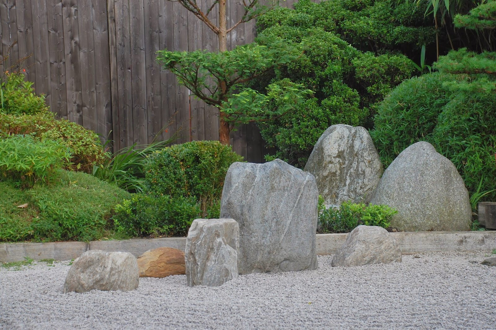 Robert ketchell 39 s blog arranging stones in a japanese for Decoration jardin zen exterieur