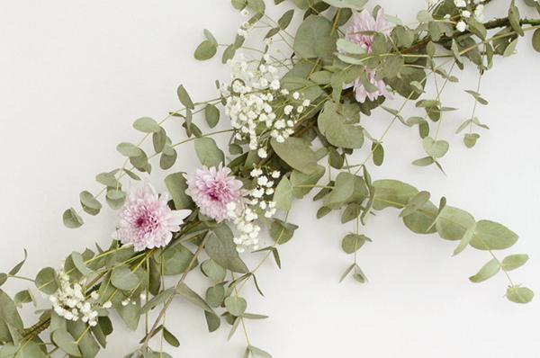 La chica de la casa de caramelo diy guirnalda de flores for Como hacer adornos con plantas naturales