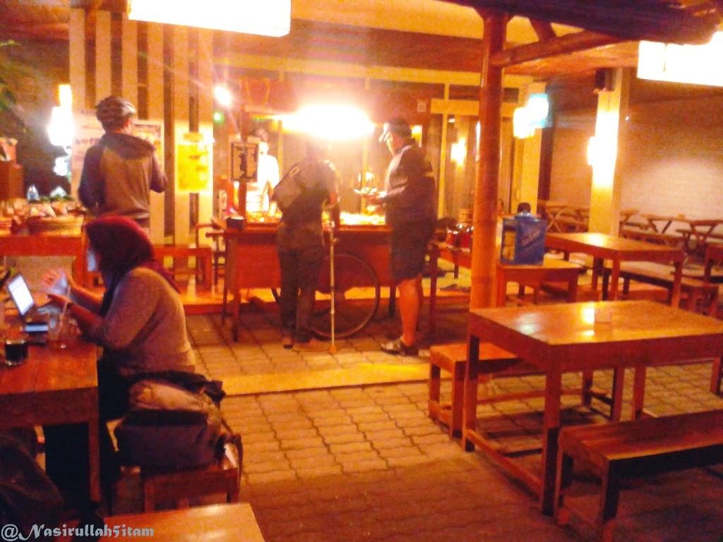 Makan malam di Le Waroenk