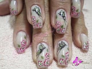 crear e innovar en los dibujos con bases en las fotos y también ver algunos videos que te enseñan paso a paso cómo hacer uñas decoradas con mariposas .