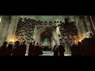 Les proclamations de Dolores Umbridge accrochées sur les murs de Hogwarts, dans Harry Potter et l'ordre du phénix, de David Yates (2007)