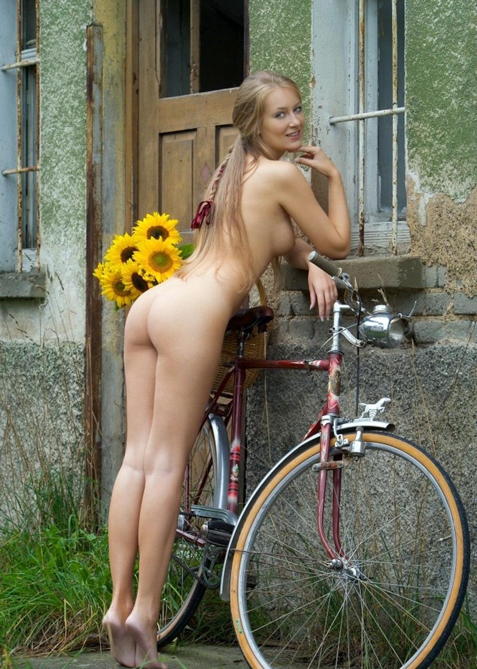 girl at de Naked france tour