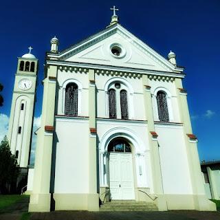 Igreja de Santa Helena da Cruz, Nova Milano, Farroupilha. Igreja com campanário à esquerda.
