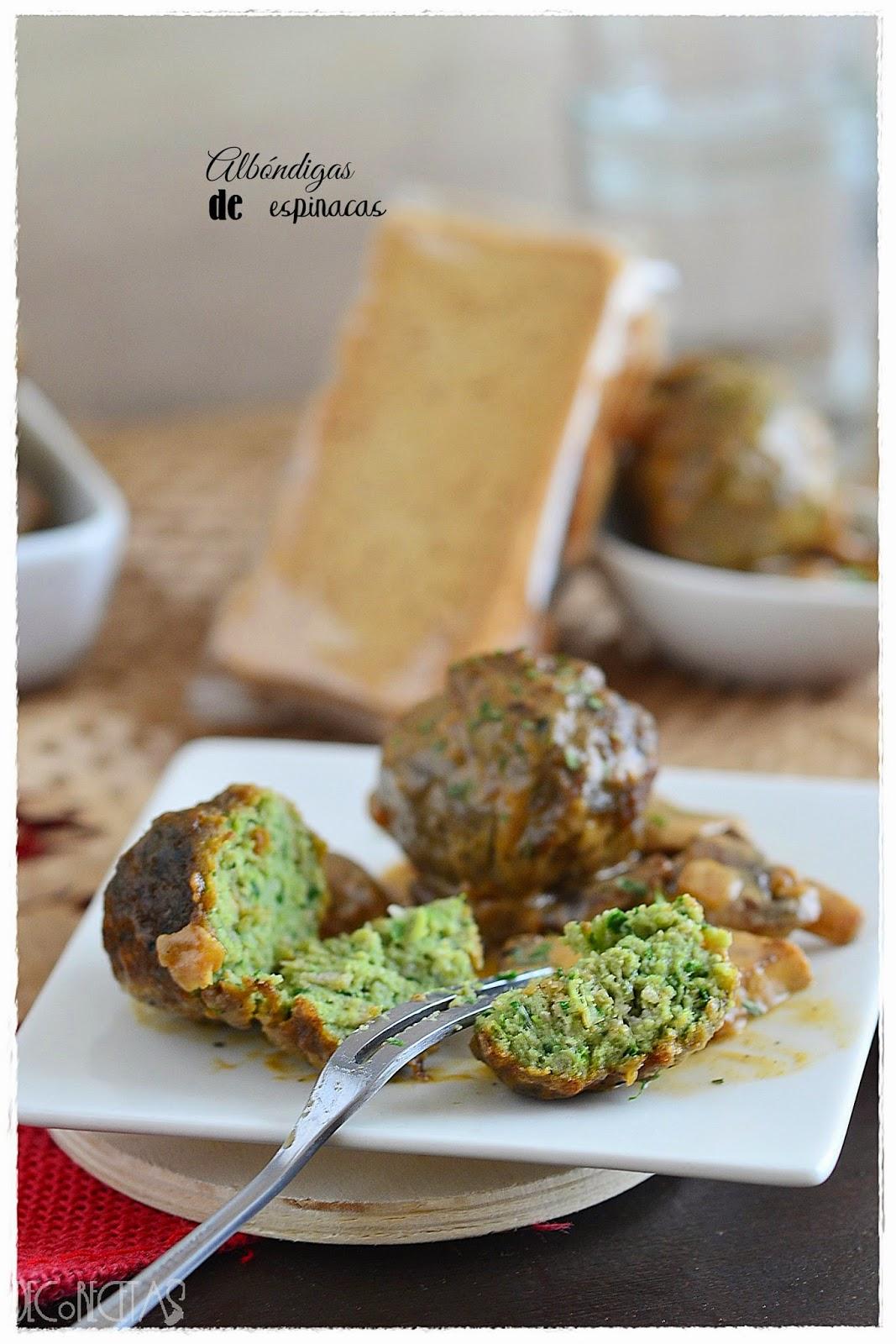 Albóndigas de espinacas con queso azul y salsa de champiñones