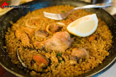 """""""Paella mixta,"""" the scourge of Valencia pride. This blogger, Chow Times, faced two common pitfalls of  eating paella outside of Valencia (in this case in Barcelona): 1) encountering this untraditional  """"mixed"""" paella, which blends chicken meat with shellfish, bizarre!, a combination that would offend  any Valencian, and 2) soggy rice. (Noooooooo!) Reading this entry broke my heart,  when they wrote, """"all Chinese don't like soggy rice"""". Well, when it's paella, neither do Valencians!"""