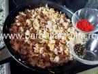 Placinta cu carne in foitaj preparare reteta - condimentam cu boia si piper