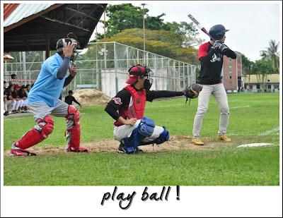 Kelibat umpire dan catcher sofbol semasa Kejohanan Sofbol di Miri, Sarawak