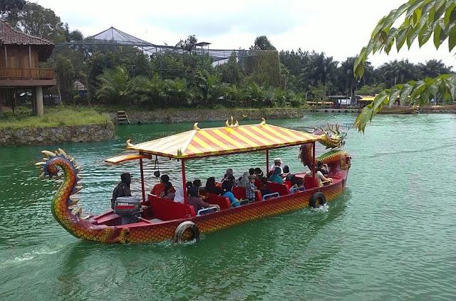 naik perahu naga di taman wisata matahari
