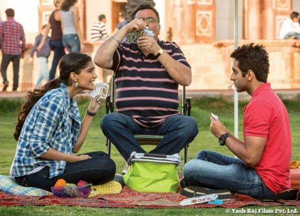 Sonam Kapoor, Ayushmann Khurrana and Rishi Kapoor playing cards in garden in Bewakoofiyaan movie still