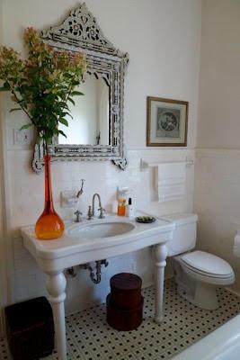 baño con detalles color naranja florero