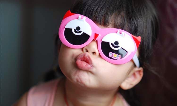 Gambar anak kecil lucu memakai kacamata keren