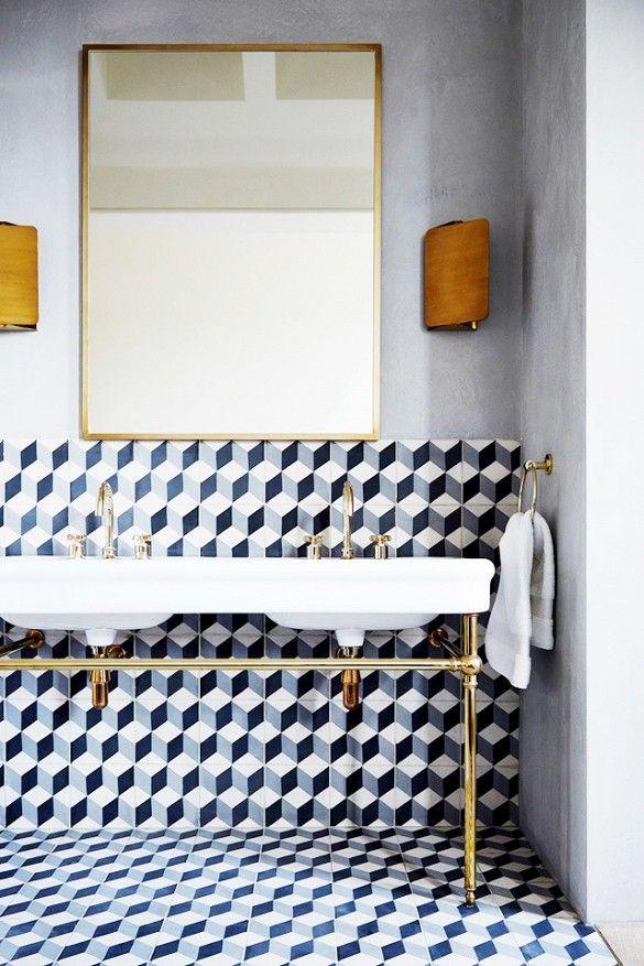 Baños en Black & White, con un toque dorado
