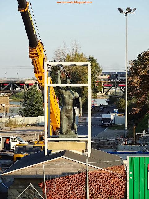 Syrenka warszawska na terenie budowy metra