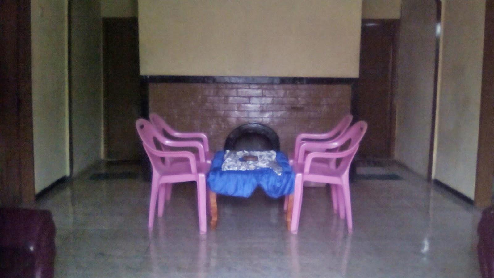 Ruang keluarga dan perapian di Sedulur Homestay 2