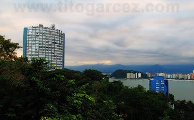 Ilha Porchat e parte da baía de São Vicente desde o mirante Niemeyer, em São Vicente