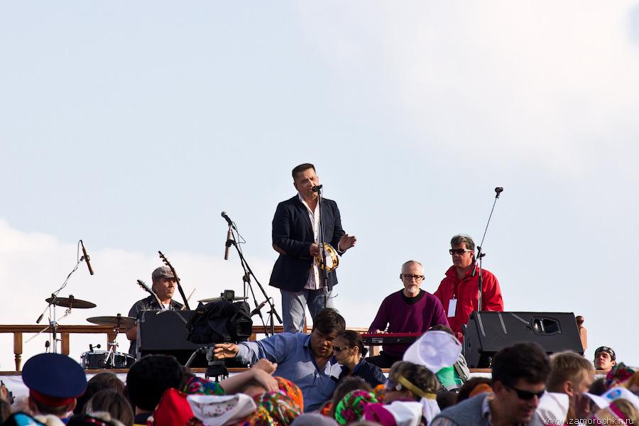 Николай Расторгуев с бубном и группа Любэ на концерте Тысячелетия единения мордовского народа с народами Российского государства