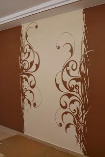 Aranżacja salonu, malowanie motywu graficznego na ścianie w salonie, esy floresy
