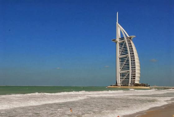 Strand in Dubai - Im Hintergrund das Hotel Burj al Arab
