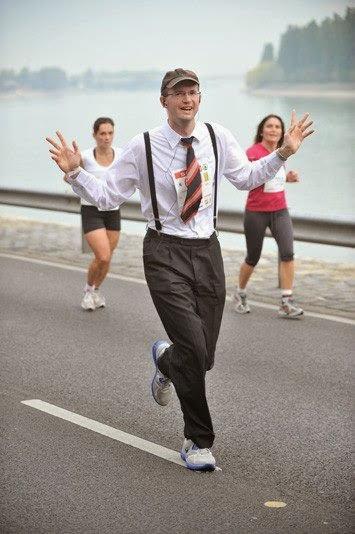 Echipament de alergare, in pas cu moda. Om de la birou