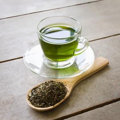 الشاي الاخضر يحتوي على مادة البوليفينول التي هي قوية مضادة للتأكسد التي تحفز توافر الدوبامين المهم لخلق حالة مزاجية إيجابية.