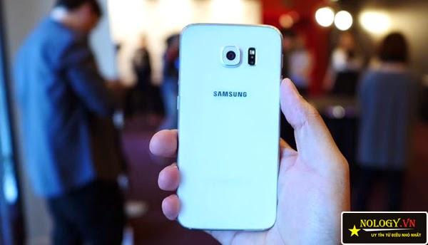 HTC One M9 và Samsung Galaxy S6 đọ dáng.