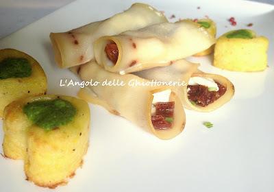 involtini di spada con farcitura al formaggio feta, pomodori secchi e rucola, serviti con cuoricini di patata ai due pepi e pesto di rucola