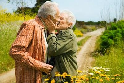 Người già hôn nhau
